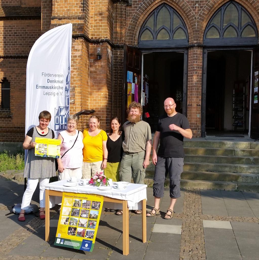 Mitglieder des Fördervereins stehen vorm Kirchenportal